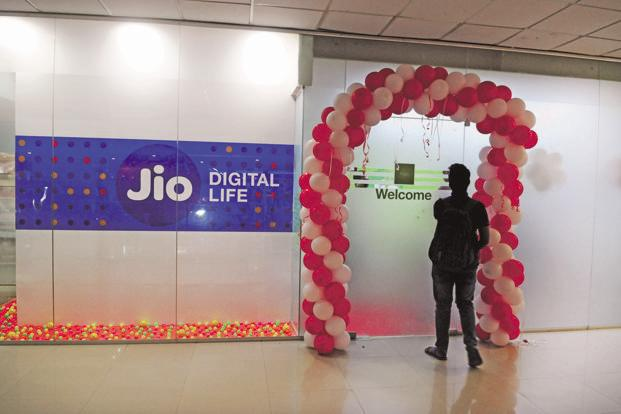 RIL could offer banking services to its existing and new customers by leveraging its retail network, merchant tie-ups, neighbourhood Reliance Jio retailers and e-tailers. Photo: Indranil Bhoumik/Mint