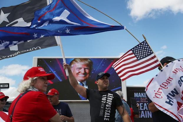 Richard Montero (C) shows his support for President Donald Trump near his Mar-a-Lago resort home on in West Palm Beach, Florida. Photo: AFP