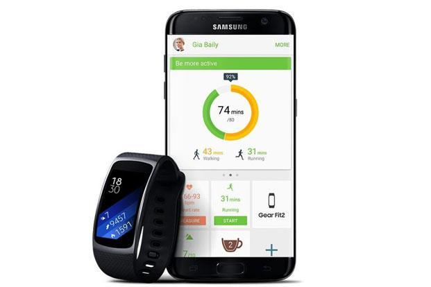 Samsung Gear Fit 2 offers a built-in GPS which means users can now track their runs on its 1.55-inch curved display.