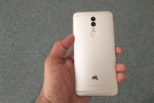 Micromax Dual 5 comes in a single gold colour option which doesn't look too blingy.