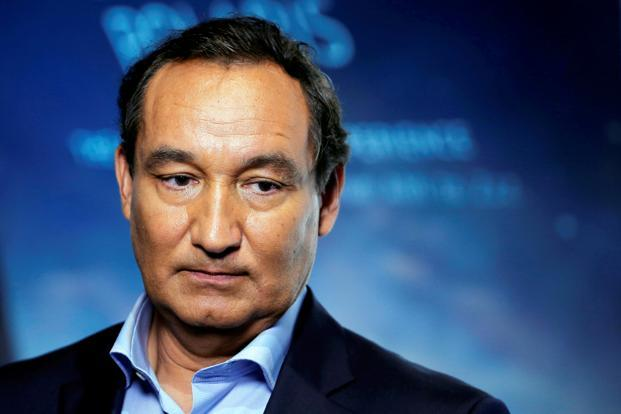 United Airlines CEO Oscar Munoz has 2016 target compensation of about $14.3 million, according to his employment agreement. Photo: Reuters