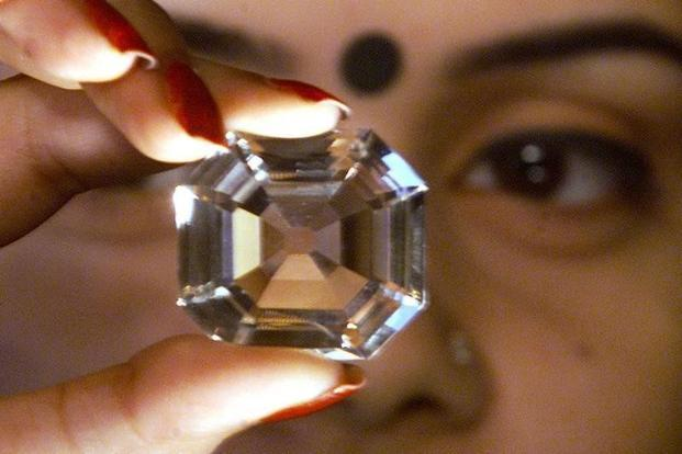 A woman displays a replica of diamond Kohinoor, during a diamond exhibition of world 100 famous diamond, in Kolkata in January 2002. Photo: Reuters