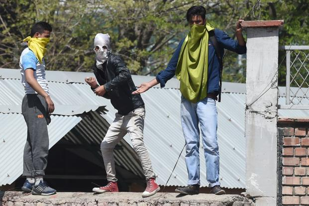 Clashes erupt between Srinagar students, security forces
