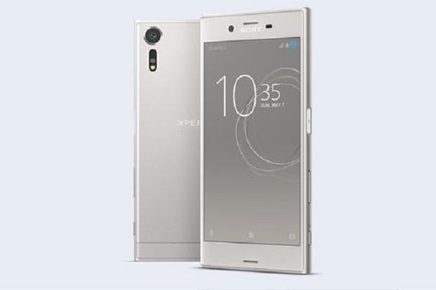 Sony Xperia XZs runs the latest 7.1 version of Android Nougat with the typical Xperia interface.