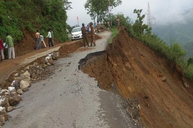 A file photo of a landslide in Uttarakhand. Border Roads Organisation personnel are engaged in clearing the Rishikesh-Badrinath National Highway and it could be opened for the traffic by the afternoon on Saturday. Photo: HT