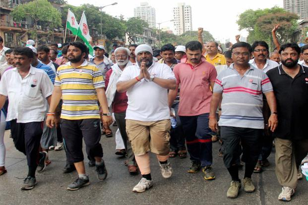 Swabhimani Shetkari Sanghatana (SSS) leader Raju Shetty's  protest march from Pune to Mumbai in support of farmers, arrives at Parel Shirodkar, Mumbai, on Monday. Photo: PTI