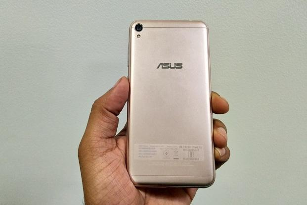 Asus ZenFone Live has a similar design language as the ZenFone 3s Max, but with a plastic finish.