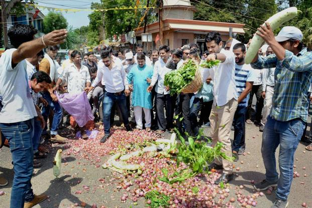 Farmers in Maharashtra and Mandsaur in Madhya Pradesh are demanding farm loan waivers and better better for their produce of onions and pulses, prices for both of which have witnessed a steep fall in recent months. Photo: PTI