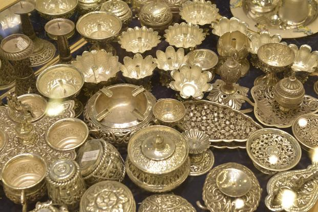 Gold climbs on positive global cues