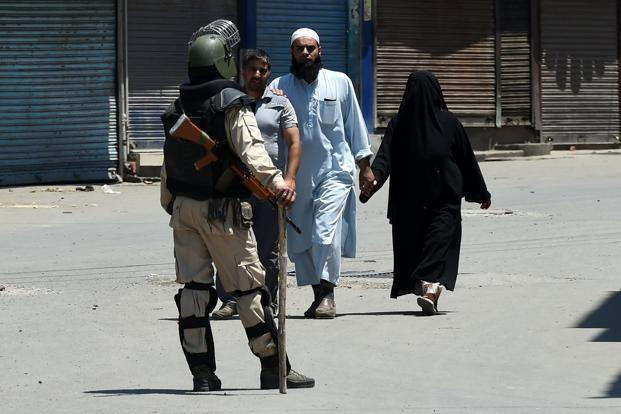 Police officer lynched outside Jamia Masjid in Srinagar