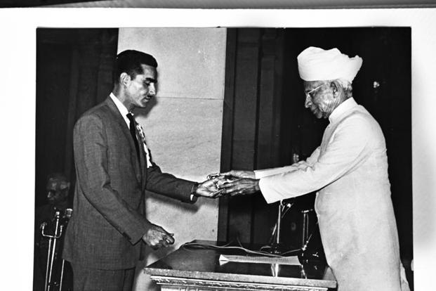 Naresh Kumar accepting the Arjuna Award from then president Sarvepalli Radhakrishnan.