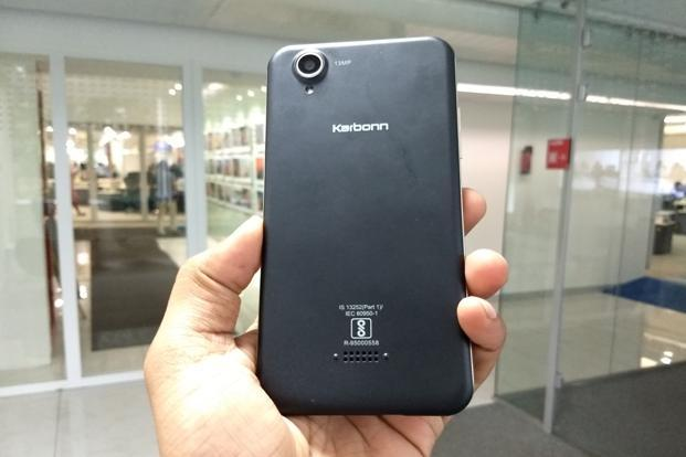 Karbonn Aura Note 2 is a plain Jane with a plastic body and removable back cover.