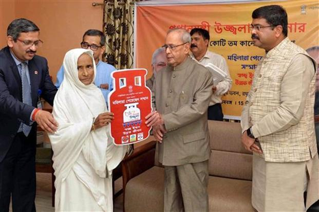 President Mukherjee distributes LPG connections under 'PM Ujjwala Yojana'