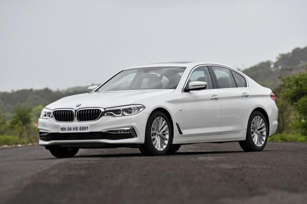 What sets the BMW 520d apart from the pricier variant is the more subtle 18-inch alloy wheels, all the chrome bits on the front and rear bumpers, and the simpler body kit.