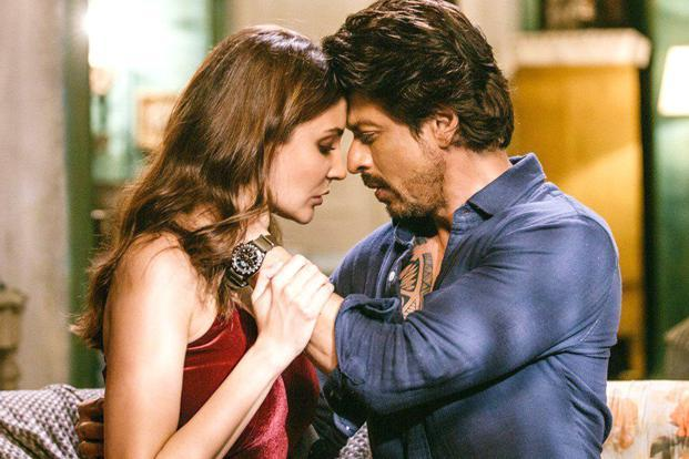 Shah Rukh and Anushka in a still from 'Jab Harry Met Sejal'.