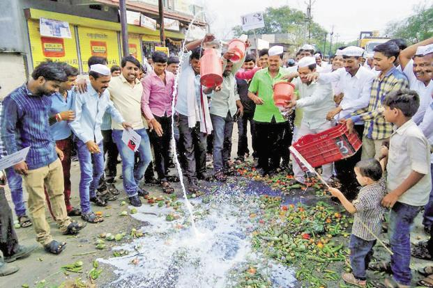 File photo of farmers protesting in Maharashtra. Farmers' organizations said they would not allow state ministers to hoist the national flag in the districts on 15 August. Photo: PTI