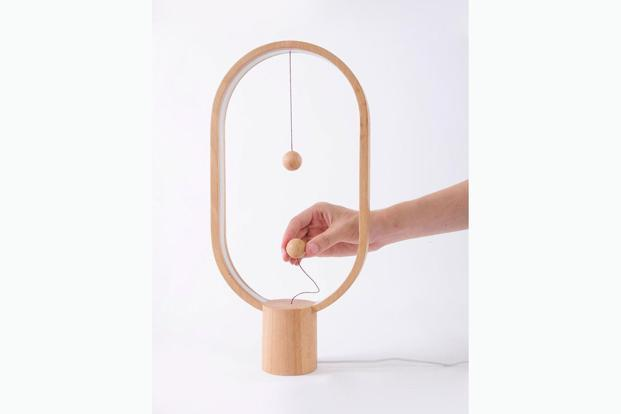 The Heng lamp has a simple frame, made of polyurethane.