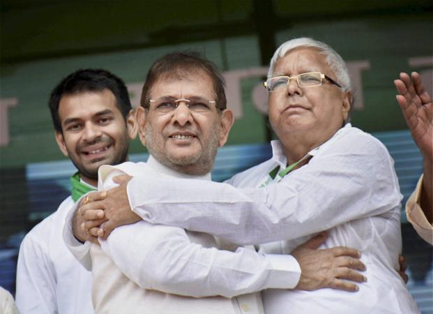RJD chief Lalu Prasad (right) with rebel JDU leader Sharad Yadav (centre)