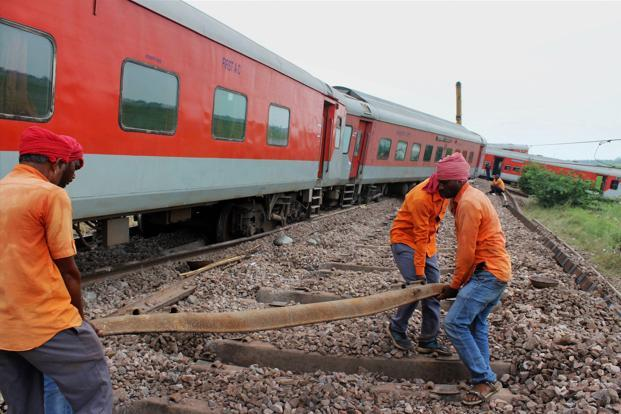 4 coaches of Nagpur-Mumbai Duronto Express derails