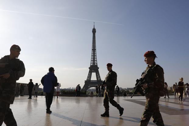 "A file image shows French soldiers of the ""Operation Sentinelle"" patrolling in front of the Eiffel tower in Paris.Photo: AFP"