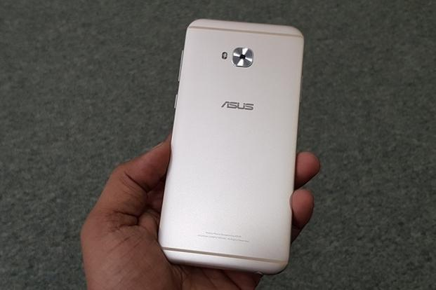 The ZenFone 4 Selfie Pro has a metallic unibody design with a closed battery.