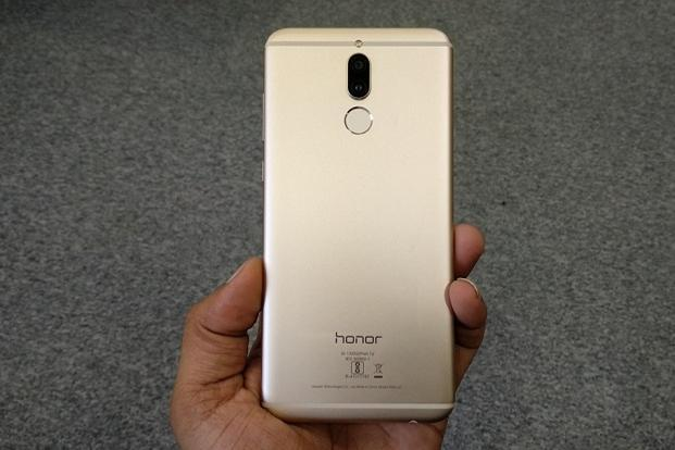 The Honor 9i's metal body and curved edges look similar to the more expensive Honor 8 Pro.