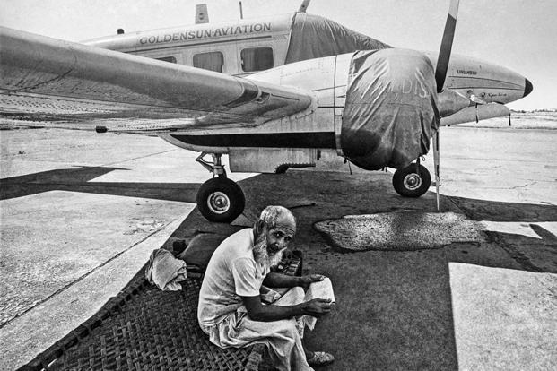 Security guard, Juhu Airport, Bombay (1982). Photo: Sooni Taraporevala/courtesy Sunaparanta (Sooni Taraporevala/courtesy Sunaparanta)