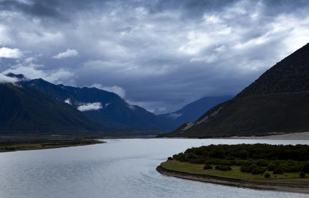 The water would be diverted from the Yarlung Tsangpo river in southern Tibet, which turns into the Brahmaputra once it enters India, to the Taklamakan desert in Xinjiang. Photo: AFP