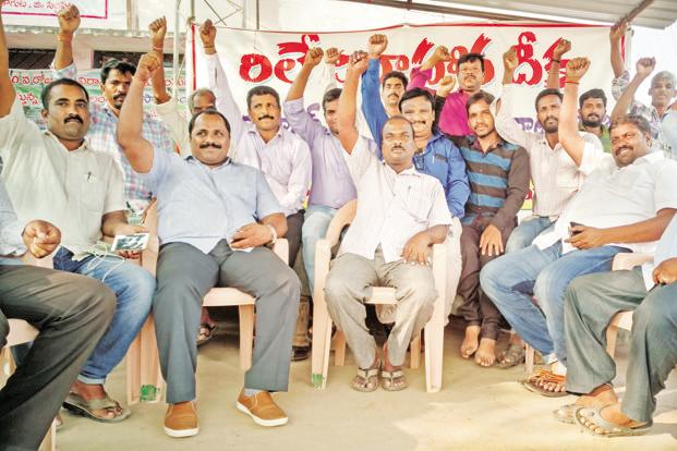 Farmers from Vemulaghat village in Siddipet district of Telangana raise their hands in protest. Photo: Yunus Y. Lasania/Mint