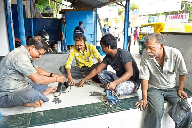 Autorickshaw drivers count coins at Tollygunge, Kolkata. Coins of Re1 are the highest in circulation—48.3 billion pieces or 41.6% by volume at the end of March, according to RBI. Photo: Indranil Bhoumik/Mint
