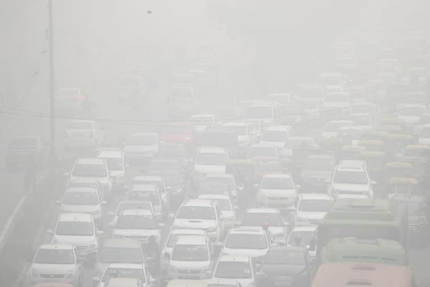 Vehicles drive through heavy smog in Delhi on 8 November 2017. Photo: Reuters
