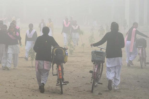 Health experts said the cover of smog and air pollution in Delhi is causing environmental problems and respiratory diseases. Photo: AFP