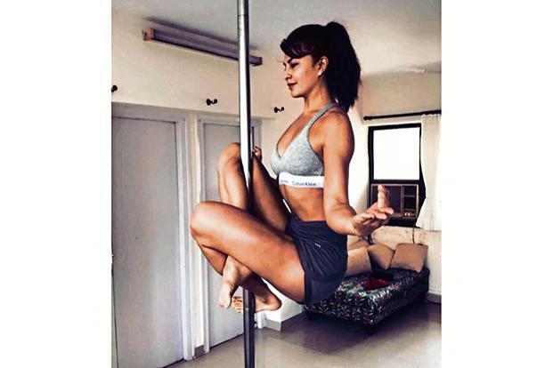 Jacqueline Fernandez practising pole fitness at home. Courtesy Lanaroxy/Instagram