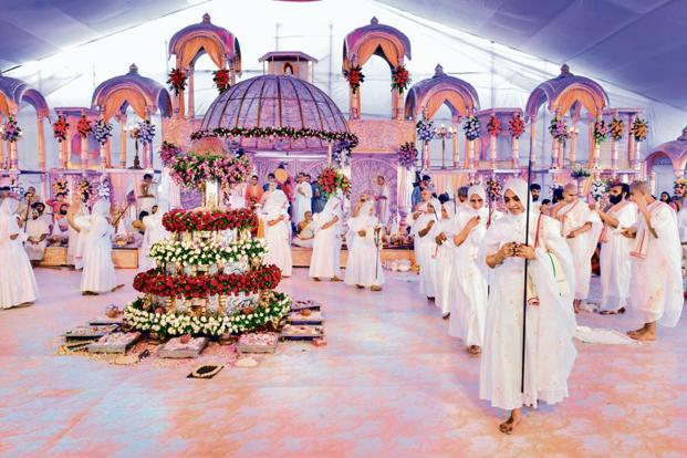 'Diksharthis' at the ceremony in Mumbai being feted with a grand, celebratory send-off. Photo: Aniruddha Chowdhury/Mint
