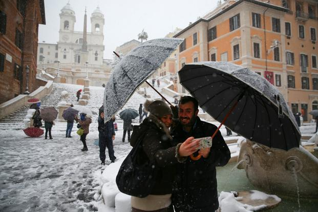 People take a selfie in front of Spanish Steps during a heavy snowfall in Rome, Italy 26 February, 2018. Photo: Reuters
