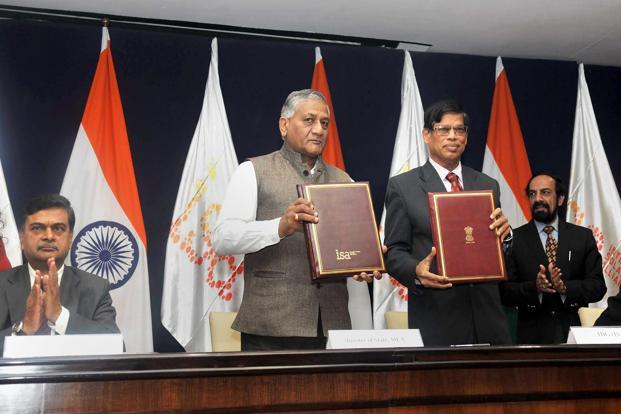 Minister of state for external affairs General V.K. Singh (L) and interim DG of International Solar Alliance (ISA) Upendra Tripathy at the signing ceremony of host country agreement between MEA and ISA in New Delhi on Monday. Photo: PTI