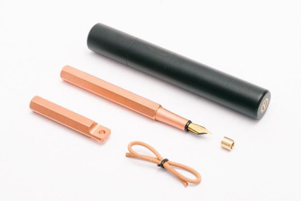 The portable fountain pen comes in a minimalist box with the inscription: the weight of your words. It is made with copper with a gold nib made by Schmidt, a German company. The ink is refillable.
