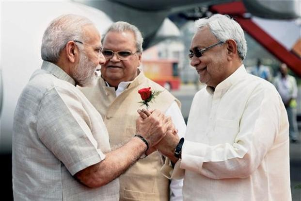 Prime Minister Narendra Modi is being welcomed by Bihar chief minister Nitish Kumar and state governor Satyapal Malik upon his arrival at Jay Prakash Narayan International Airport in Patna on Tuesday. Photo: PTI