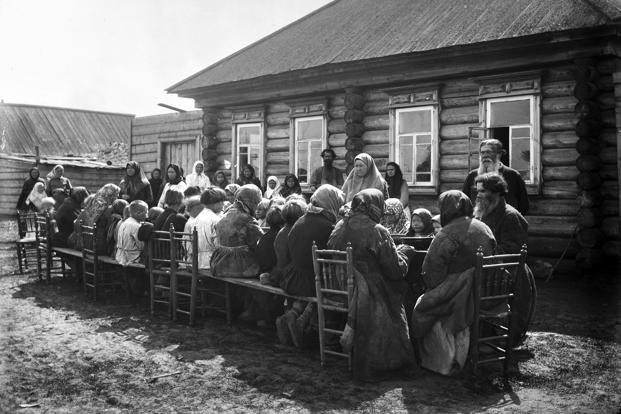 A communal canteen in the village of Murashkino (the Knyaginino region) in the early 1890s. Photo: Getty Images