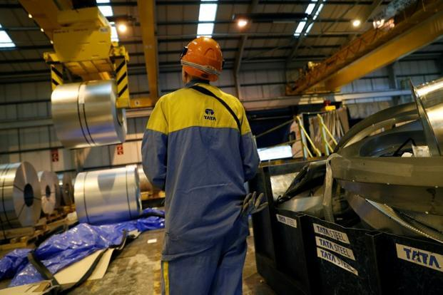"""Headquartered in the Netherlands, Thyssenkrupp-Tata Steel will be the second largest steelmaker in the continent after ArcelorMittal. Photo: Reuters """"title ="""" Based in the Netherlands, Thyssenkrupp-Tata Steel will be the second largest steelmaker in the continent after ArcelorMittal. Photo: Reuters """"clbad ="""" img-responsive """"/>   <p> Based in the Netherlands, Thyssenkrupp-Tata Steel will be the second largest steelmaker in the continent after ArcelorMittal Photo: Reuters </p> </div> <p><b>  Frankfurt / Düsseldorf: </b> Germany Thyssenkrupp AG and India's Tata Steel Ltd signed a final agreement on Saturday to establish a steel joint venture, the biggest shock in the European steel industry in more than a decade, the final agreement comes after months of negotiations since an initial agreement was signed, announced in September, both companies hope it will help them respond to the challenges in the volatile steel industry, including overcapacity. </p> <p>  The biggest deal in Europe's steel industry since the acquisition of Arcelor by Laxmi Niwas Mittal in 2006, the 50-50 Venture board, which will be called Thyssenkrupp Tata Steel, will have about 48,000 workers and about € 17,000 million is ($ 19,900 million) in sales. </p> <p>  Based in the Netherlands, it will be the second continent. the largest steelmaker after ArcelorMittal. It is the core of Thyssenkrupp CEO Heinrich Hiesinger's plan to turn his steel conglomerate into submarines into a technology company. </p> <p>  """"The joint venture not only addresses the challenges of the European steel industry,"""" said Hiesinger. """"It is the only solution to create a significant additional value of around € 5 billion for Thyssenkrupp and Tata Steel due to joint synergies that can not be realized in an independent scenario."""" </p> <p>  Tata Steel President Natarajan Chandrasekaran, in a separate statement, said the joint venture will create """"a strong pan-European steel company that is structurally robust and competitive."""" </p> <"""