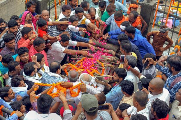Relatives perform last rites of gangster Munna Bajrangi, at Manikarnika Ghat in Varanasi on 10 July 2018. Photo: PTI