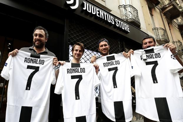 Juventus' supporters show their Cristiano Ronaldo's Juventus official Jerseys in front of the Juventus store in Turin after Real Madrid . Photo: AFP