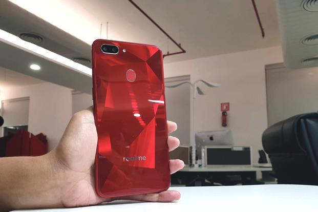 The Realme 2 features the same diamond cut back with a plastic coating and glossy metal railings on the side as its predecessor.