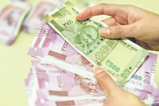To stem rupee slide, India may look to lock in oil futures