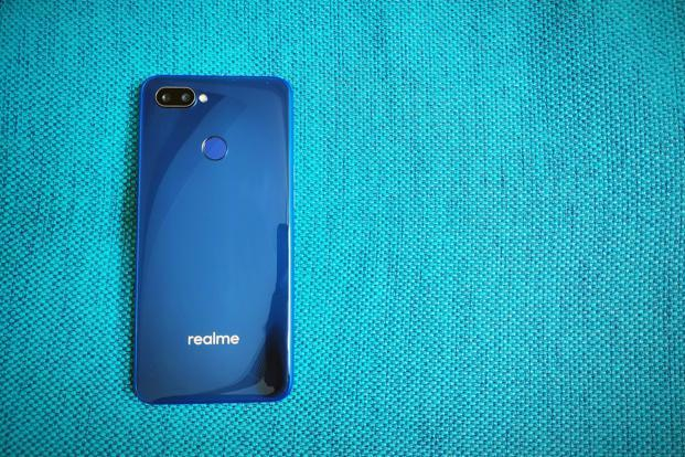 The Realme 2 Pro comes with a polycarbonate resin back, which appears like glass.