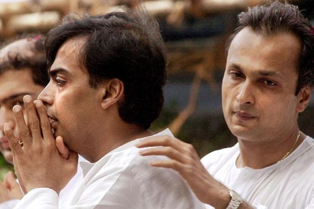 Anil Ambani with elder brother Mukesh at the funeral of their father Dhirubhai on 7 July 2002. Photo: AFP