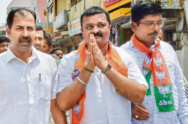 Chandrashekar, the BJP candiate for Ramanagram bypoll, has now announced his support for JD(S)'s Anitha Kumaraswamy. Photo: PTI