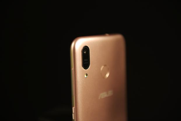 Explaining how the Asus Zenfone Max M1 (ZB556KL) looks is very simple—make the Zenfone Max M1 Pro a bit smaller and boot that second rear camera.