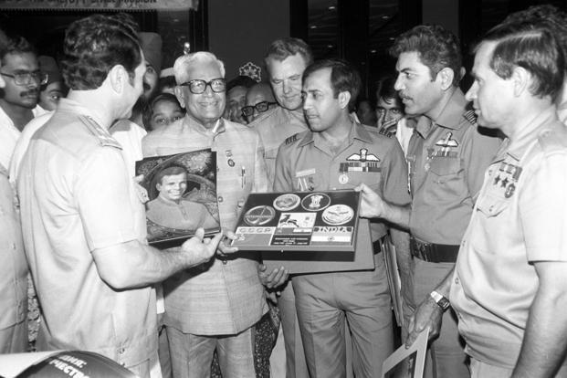 The 'Soyuz T-11's' dubbing and primary crew members meet the then Indian defence minister Ramaswamy Venkataraman. Photo: Sputnik