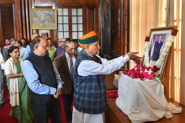 MoS (parliamentary affairs) Arjun Ram Meghwal and Vijay Goel pay their last respects to union parliamentary affairs minister Ananth Kumar at Parliament House in New Delhi on Monday. Photo: PTI (PTI)